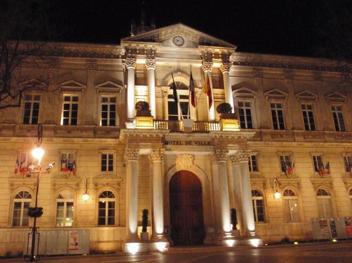 夜になると市庁舎はライトアップされ、漆黒の世闇にその壮麗な姿を浮かび上がらせます。夜の市庁舎は、夜も賑やかな時計台広場の美しさを引き立てています。