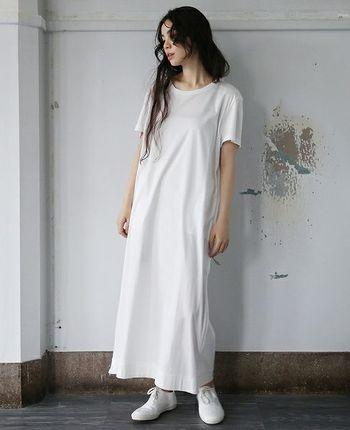シンプルな白のマキシ丈Tシャツワンピースに、白のスニーカーを合わせたワントーンコーデ。サイドにファスナー仕様のスリットが配置されたワンピースなので、真っ白でも控えめになり過ぎません。カーディガンやシャツなどで、ワンアクセントをプラスしても◎