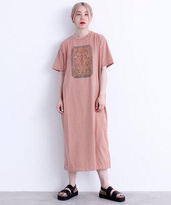 くすみカラーのピンクと、フロントに描かれたプリントで、着映えするTシャツワンピース。デザイン性の高いアイテムなので、一枚でサラッと着こなしてもトレンドコーデが楽しめます。