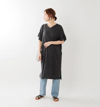 ベーシックになりがちな黒のTシャツワンピースも、フリルスリーブやVネックなど、さりげなく女性らしいデザインを選べばこなれ感たっぷりに着こなせます。デニムパンツとサンダルを合わせたカジュアルスタイルで、大人のデイリーコーデに。