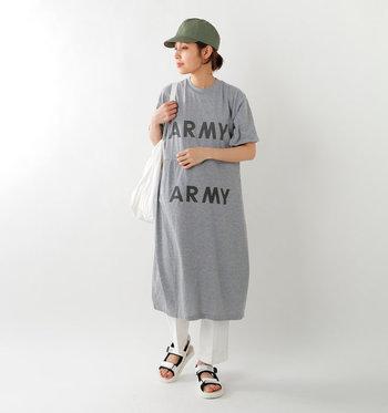 ロゴデザインが印象的なグレーのTシャツワンピースは、白のワイドパンツを合わせてアップグレード。サンダルとカーキのキャップをプラスして、カジュアルながらも大人感を忘れないコーディネートに仕上げています。