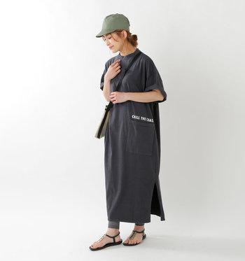 ハイネックデザインのTシャツワンピースなら、着るだけでサマになるコーデが叶います。マキシ丈の裾からさりげなく覗かせたカーキのレギンスと帽子の色を合わせて、統一感のある着こなしに。