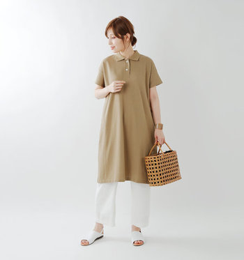 ベージュのポロシャツワンピースに、白のワイドパンツとシューズを合わせたコーディネート。ベーシックなカラーの組み合わせで、ナチュラルに着こなしています。程よいサイズ感のカゴバッグで、季節感をプラス。