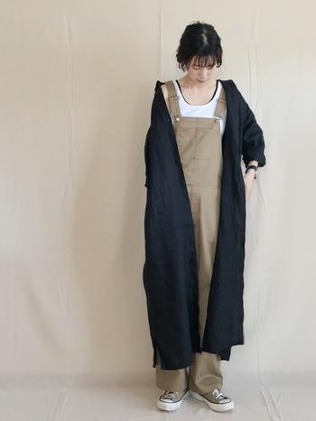 ボーイズライクなサロペットに、シャツワンピースを羽織ってさりげなく女性らしさをプラス。ベージュコーデにブラックのアクセントを効かせて大人のワークスタイルを楽しみましょう。