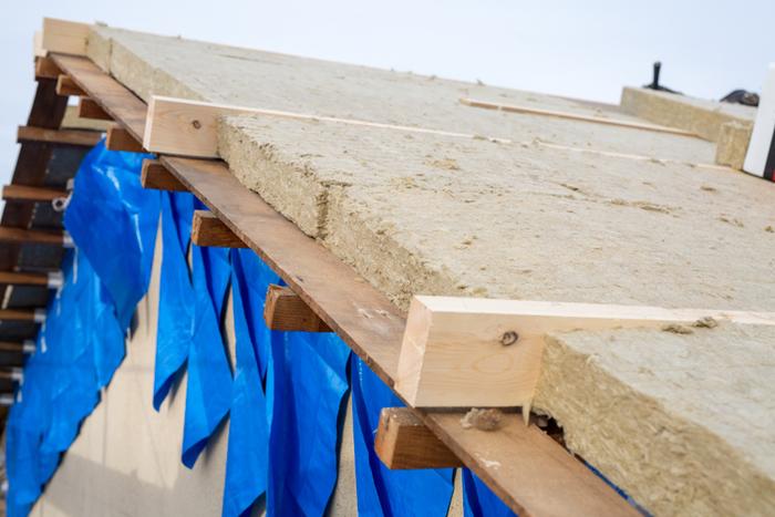 haluta houseでは屋根300mm、壁・床200mmとたっぷり断熱材を使用しています。屋根の上までみっちり!