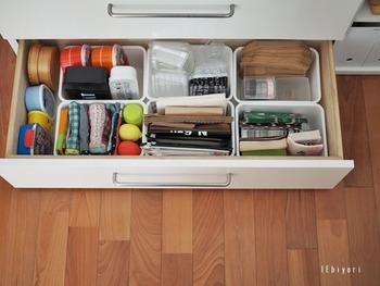 ダイソーの収納ケースをキッチンキャビネットの引き出しに敷き詰めています。  細々としたお弁当グッズなどがきれいに仕分けされているので、使うときに探す手間が省けますね。