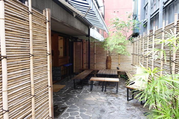 表参道駅から徒歩3分ほどのところにある「CAFE KITSUNE(カフェ キツネ)」は、フランスのファッションブランド「Maison Kitsuné(メゾン キツネ)」が手がけるカフェ。エントランスの竹の垣根など、趣を感じる和モダンな雰囲気がステキです。