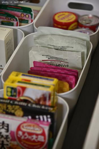 柔らかな素材で、中に入れるものを優しく保存できる優れもの。レトルト食品や調味料、袋麺などの収納にいかが。