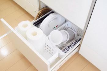 こちらのお宅では、食洗機下の引き出しに深型ボックス2つとすき間収納ボックスロングを入れています。かさばるキッチンペーパーやホットサンドプレートなどがすっきり。