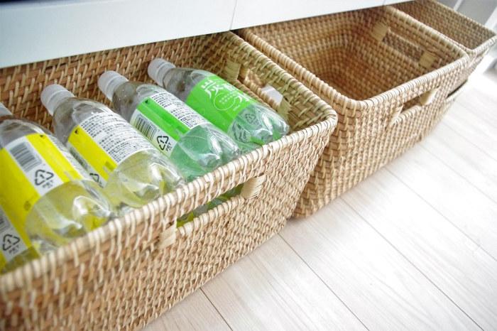 重量のあるペットボトル飲料は、低い位置に収納すると取り出しやすく。ニトリのラタンバスケットは、ペットボトルを寝かせて14本収納できるのだとか。見た目もすっきりとして美しいですね。