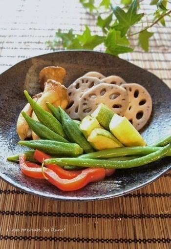 カレーの付け合わせにぴったりな「漬物」。みずみずしい野菜は、カレーに潤いを与えます。爽やかな味付けは、カレーの辛味やコクをより引き立たせる効果も。好みの野菜を漬けて、カレーのお供にいかがでしょうか。