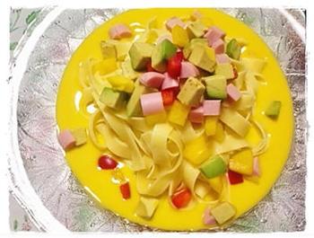 濃厚なカボチャのポタージュにパスタをプラスした、メイン料理としてポタージュが楽しめる一皿です。パスタの種類はお好みですが、ポタージュが良く絡む広幅タイプがおすすめです。