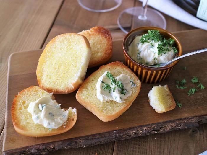 香りも香ばしいガーリックトーストにクリームチーズの組み合わせは、おつまみにはもちろん、お休みの朝食にも活躍してくれます。ガーリックトーストは、バケットを使うとカリカリとした食感が美味しいですが、もともと柔らかいロールパンなどを使うと、ふわふわとカリカリのバランスが美味しく仕上がります。