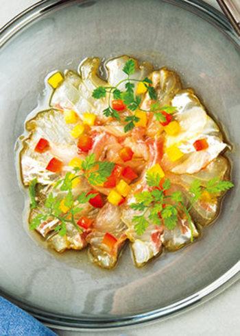 こっくりとしたスープには、さっぱりとした白身魚のカルパッチョがおすすめです。小さくカットしたパプリカが目にも鮮やかで、テーブルの上も華やかにしてくれますね。もちろんお魚はお好みで。