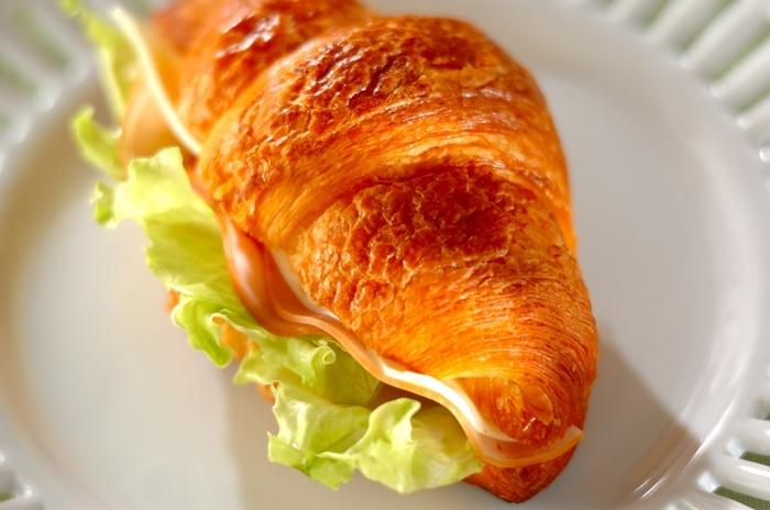 朝から冷製ポタージュを楽しみたい日には、軽い触感が美味しいクロワッサンサンドがおすすめ。焼いた後にカットするとボロボロしてしまうので、切り目を入れてから少し温めてハムやチーズを挟むときれいに仕上がります。大きなプレートにワンプレートディッシュの様に盛りつけても素敵ですね。