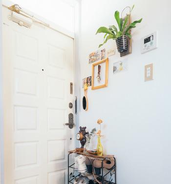 飾る場所はリビングだけ、などと制限する必要はありません。玄関先などちょっとした空間を使って好きなものを上手に飾れば、そこがお気に入りのスペースに!