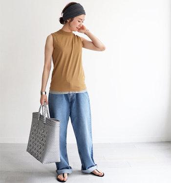 ノースリーブデザインのサマーニットは、着るだけで女性らしさとトレンド感をグッと高めてくれるアイテムです。デニムパンツを合わせただけのベーシックな着こなしも、こなれ感たっぷりに仕上がります。