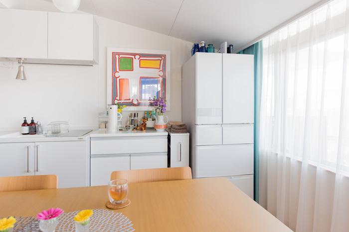 ちょっと空いた壁に1枚絵を飾ると、お部屋の印象がガラッと変わります。手前に置く小物と色をあわせれば、統一感も出てさらにGOOD。キッチンがまるでカフェのような雰囲気に。
