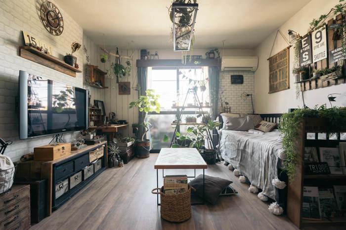 多肉植物を飾るところからDIYが始まったというお部屋は、賃貸でも原状回復ができる工夫を凝らし、グリーンとお気に入りの雑貨をいっぱいに。ひとり暮らしや自分のお部屋がある人は、好きなものを存分に飾ってもいいですね。