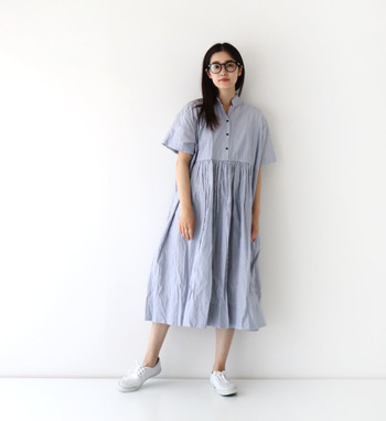 ストライプ柄のシャツワンピースなら、着るだけで爽やかな夏コーデが完成。膝下丈のちょうどよい長さで、一枚でサラリと着こなしても洗練された印象に仕上がります。白のスニーカーで、さらに清涼感をアップ♪