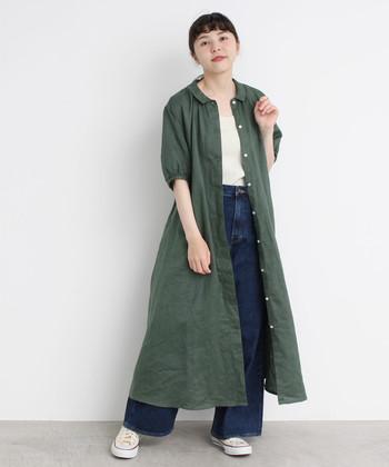 グリーンのシャツワンピースに、白インナーとデニムワイドパンツを合わせたコーディネートです。前開きタイプのシャツワンピースなら、シンプルコーデにプラスして羽織りとして着こなすのも今っぽい雰囲気に仕上がります。