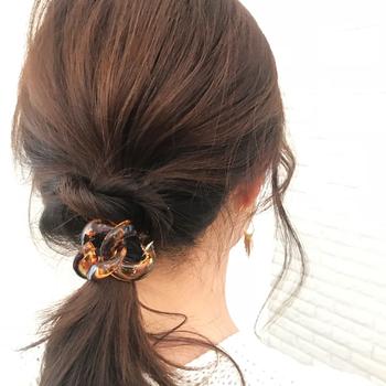 べっ甲のヘアアクセは季節を問わずに使えるアイテムのひとつ。涼し気な透明感のある雰囲気が夏場にもよく似合います。濡れても大丈夫なので、海辺のヘアアレンジにも使えます。