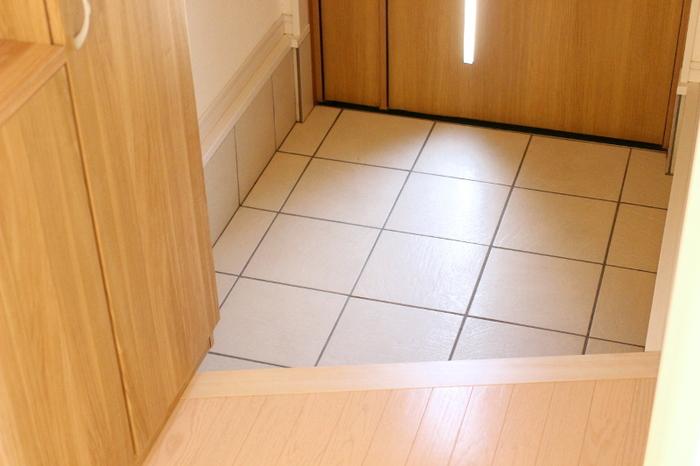 玄関のたたきにはなるべくものがない状態にしましょう。靴や傘などを常に片付けるようにすれば汚れが溜まりにくくなり、掃除がしやすくなります。拭き掃除も楽にできますよ。