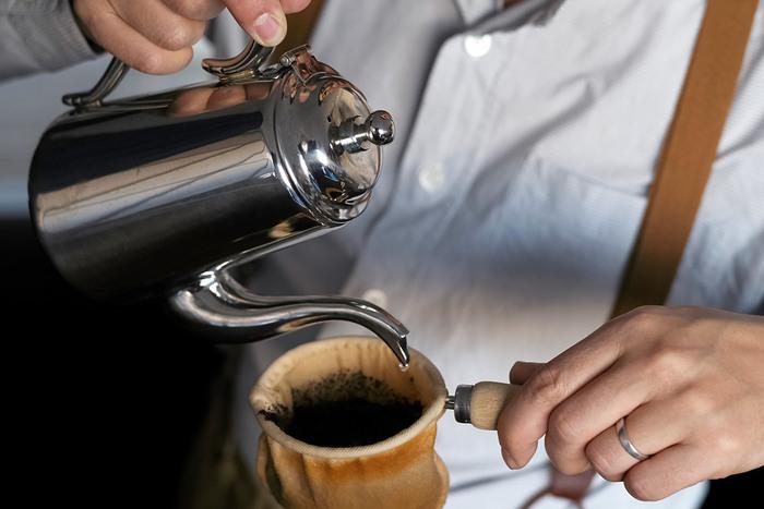 手間がかかるかもしれないけれど、じっくり丁寧にハンドドリップで淹れたコーヒーの味は格別です。忙しい現代社会の中で、ゆっくりとコーヒーを淹れて、味と香りをじっくり楽しむ時間と心のゆとりを持てたら最高ですね。