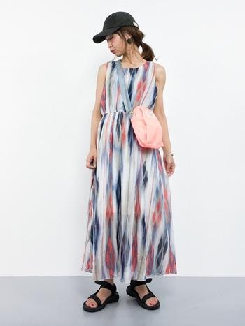 タイダイ風のデザインが、エキゾチックな印象を与えるワンピース。一枚できるだけで着映えする、夏フェスにぴったりなコーディネートです。シフォン素材で透け感と揺れが楽しめるので、アクティブながらも女性らしさを忘れない着こなしに。