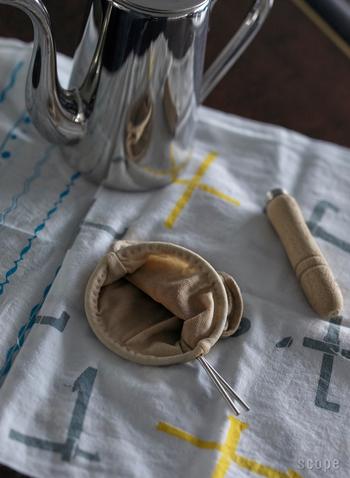 かつて表参道にあった老舗のコーヒー店「大坊珈琲店」のネルフィルターです。丁寧な手縫いで仕上げられたネルは、木製のハンドル付きで使いやすい。ハンドルは国産のヒノキを無垢で使用しているそうです。ネルを洗うときはハンドルを取り外すことができ、なにかと便利です。