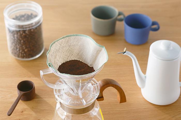 静岡市を拠点にコーヒー豆の焙煎、卸業、販売をしている「IFNi ROASTING&CO.(イフニ ロースティング アンド コー)」。そんなコーヒーのことを知り尽くしているイフニが発売している「クロスフィルター」はリネン製。ドリッパーに合わせて「円錐形」と「台形」の2種類から選ぶことができます。