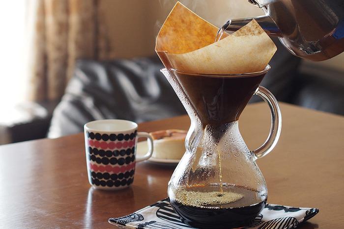 1941年にアメリカの化学者ピーター・シュラムボーム氏によって考案された「ケメックス」のコーヒーメーカーは、三角フラスコとロートが一体となったような独特のフォルムがユニークで、世界中の人々に愛されています。