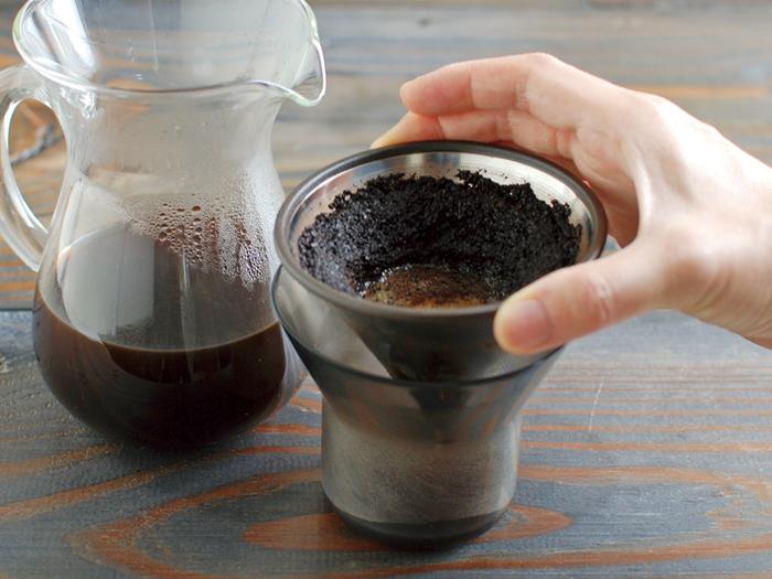 柔らかな丸みを帯びたフォルムが魅力のカラフェにフィルター、ホルダーがセットになったスターターキット。ステンレス製のフィルターがコーヒーの旨味成分である油分をそのままドリップするので、豆本来の風味を保った香り高いコーヒーになります。