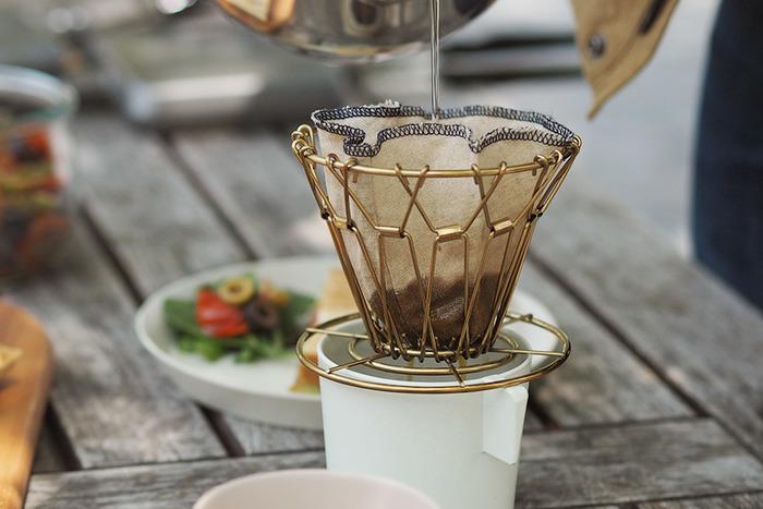 ネルドリップとは、「ネル」と呼ばれる布のフィルターを使って、コーヒーをいれるドリップ方法のことです。ネルは「フランネル」の略で、手触りが柔らかく起毛している織物のことを指します。 ネルドリップは、コーヒーの抽出方法の中でも長い歴史があり、滑らかな口当たりが特徴で、コーヒー愛好家からも人気のある「最もおいしい抽出方法」と呼ばれています。