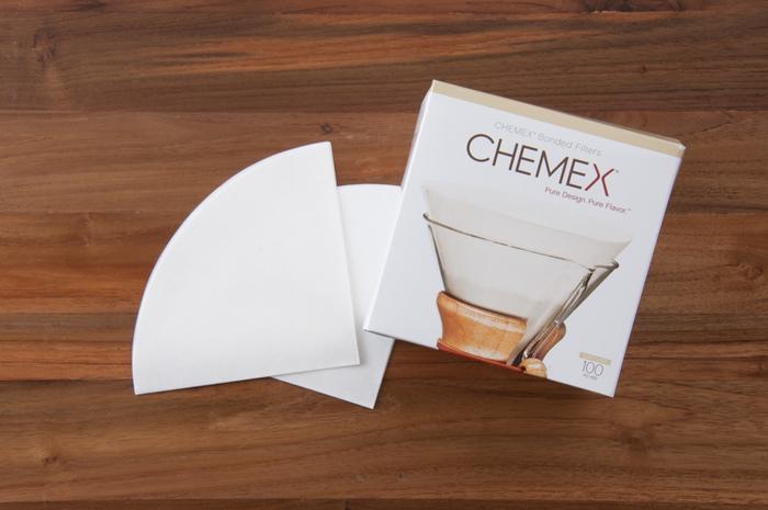 ペーパーフィルターはにおいを吸収しやすく、湿気にも弱いので、保存する際にはチャック付きの袋や未使用のタッパー、陶器の入れ物に入れて保管するとよいでしょう。