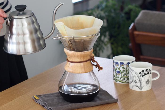 使い捨てできる紙製のフィルターを使ってコーヒーを淹れる方法を「ペーパードリップ」と言います。ペーパーフィルターはスーパーや100均などでも売られているので入手しやすく、コーヒーを淹れたあともフィルターごとポイッと捨てるだけなので、ネルと比べて手間が掛からないのが魅力です。コーヒーの油分や甘みがペーパーにある程度吸着され減ってしまいますが、お手軽にコーヒーを楽しめるとあって、最もポピュラーなドリップ方法と言えるでしょう。