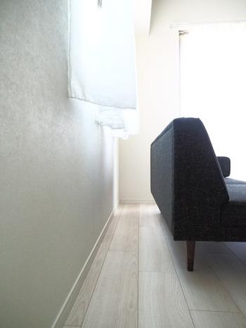 家具の配置によって汚れの溜まり方は大きく変わります。ソファなどを壁から離しておけば、掃除がしやすくなり、掃除機の届かないところにホコリが溜まってしまうという状態を防げます。