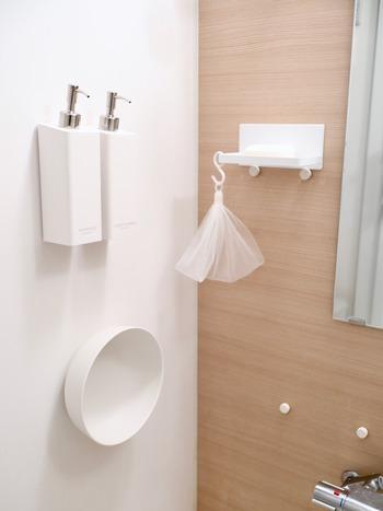 浴室にあるシャンプーのボトルや桶などは壁に付けて浮かせておくのがおすすめ。乾きやすくてヌメリの発生も抑えられます。ユニットバスなら壁に磁石が付く場合が多いので、マグネットフックなどを利用するといいですね。
