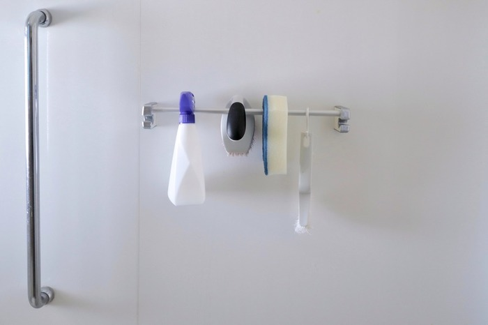 浴室用の掃除アイテムも、タオルハンガーなどを利用して吊るす収納にしましょう。乾きも早くなるので雑菌の発生が抑えられそう。スポンジは引っかけられるように切りこみが入ったタイプのものがおすすめです。