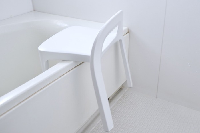 風呂いすは浴室の中でも汚れがちなアイテム。皮脂や石鹸カス、水垢などさまざまな汚れが付着するので、カビも発生しやすいんです。カビを抑制するには乾燥が一番。使用後は浴槽にかけておくと乾きやすくなりますよ。
