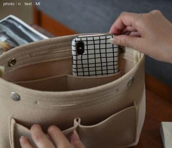 """バッグの中がいつの間にかぐちゃぐちゃになってしまう。取り出したいものがバッグの中で迷子になりがち。 その原因は、バッグの中という空間が、何の仕切りもないワンルームのような状態だからです。お部屋でのベッドやチェストの置き場所が決まっているように、バッグの中にもバッグインバッグで""""持ち物の定位置""""を作りましょう。"""