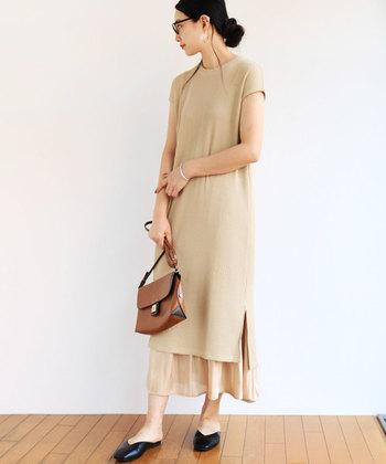 Tシャツワンピに長いスカートを合わせると、裾だけがちらりとのぞいて素敵に。レースなどの女性らしい素材を合わせると、上品な大人のコーディネートになります。