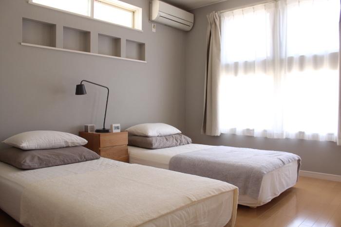 人がリラックスする色は、ベージュとパステルカラー。寝室のインテリアは、柔らかく淡い色合いを選びましょう。特にグリーンの寝具は、入眠や目覚めにも良いと言われています。