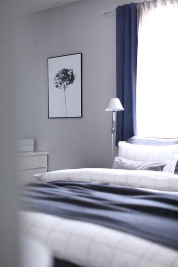 睡眠に必要なモノは置かない…とはいえ、シンプル過ぎるのも寂しいもの。  壁面に飾るアートなどは、季節感を感じさせるものを選ぶと心地良い空間に。