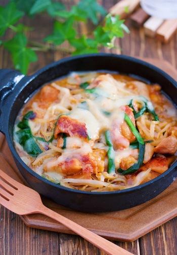 鶏肉ともやしで作るお財布にやさしいチーズタッカルビ。ニラがない場合はねぎでも代用可能とのこと。ピザ用のチーズはたっぷりかけるのがおいしさのヒミツです。