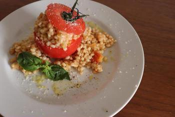 トマトを丸ごと使ったもち麦のリゾットは、フォトジェニックな見た目でおもてなしにもぴったり。お米とは違う独特の食感が楽しめます。