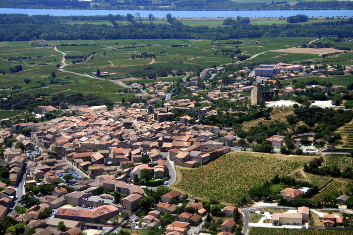 ブドウ畑の中に佇む小さな村、シャトーヌフ・デュ・パプは、フランスを代表する高級ワインの産地として世界に名が知られています。