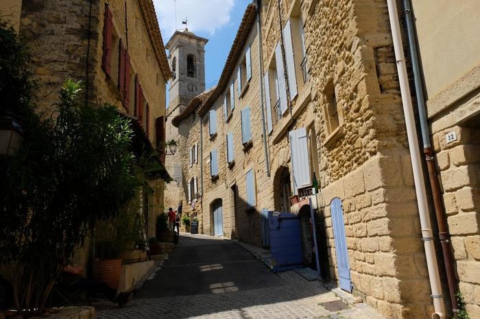 村の中に一歩足を踏み入れると、まるで中世にタイムスリップしたような気分を味わうことができます。細い路地の両横には、風情ある古い建物が並んでおり、アヴィニョンに居城していた法王がこの地に別荘を置いたころの名残を色濃く残しています。