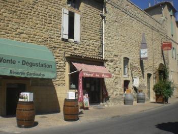 村の中には、たくさんのワイナリーがあります。たいていのお店は、ワインの試飲ができるので、色々なお店でワインの飲み比べをし、お気に入りのワインを探してみるのもおすすめです。