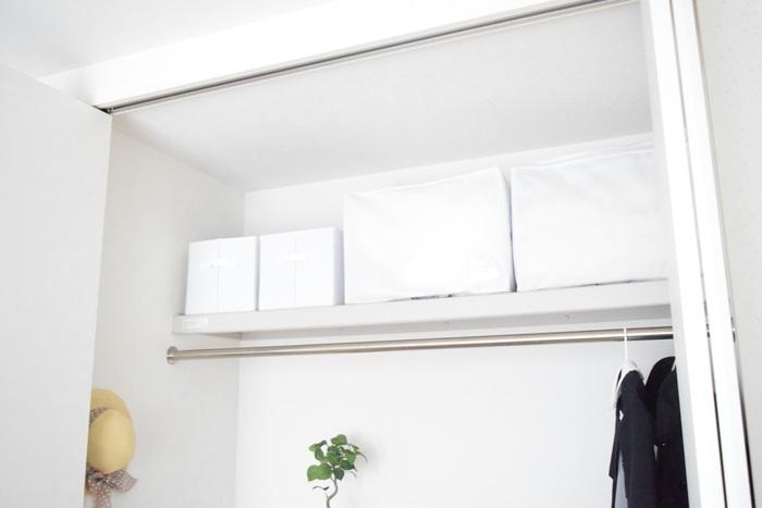 使用頻度の低い洋服(冠婚葬祭用など)は、蓋つきのボックスなどに入れて、上の方に収納しておくようにします。